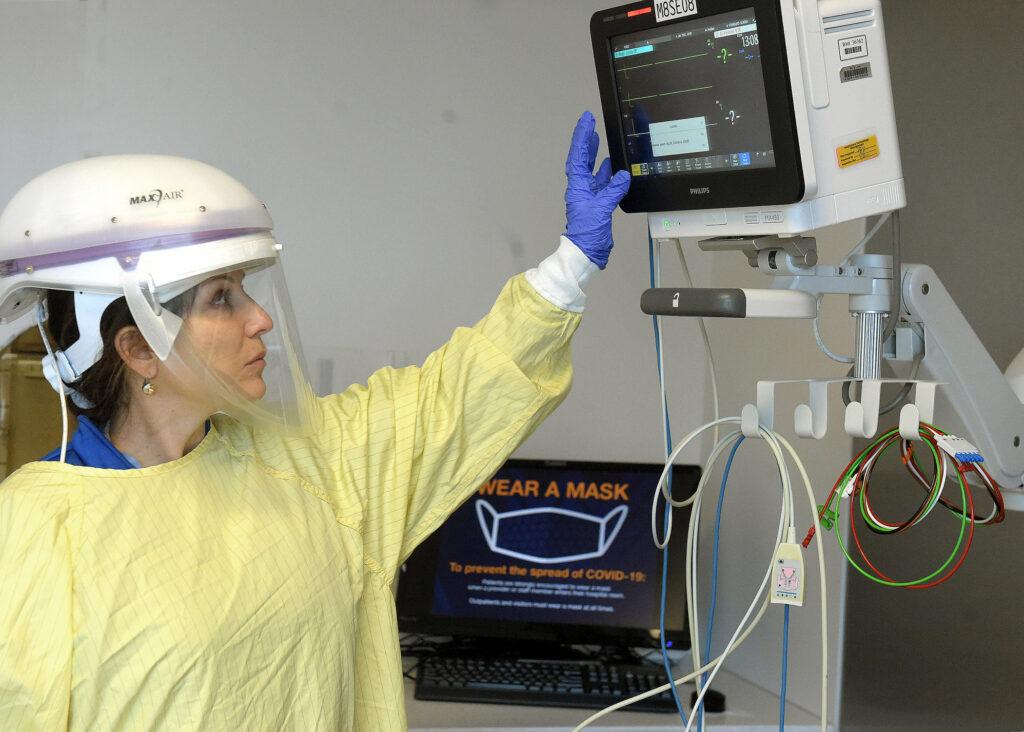 Suzanne Madeya prepare equipment